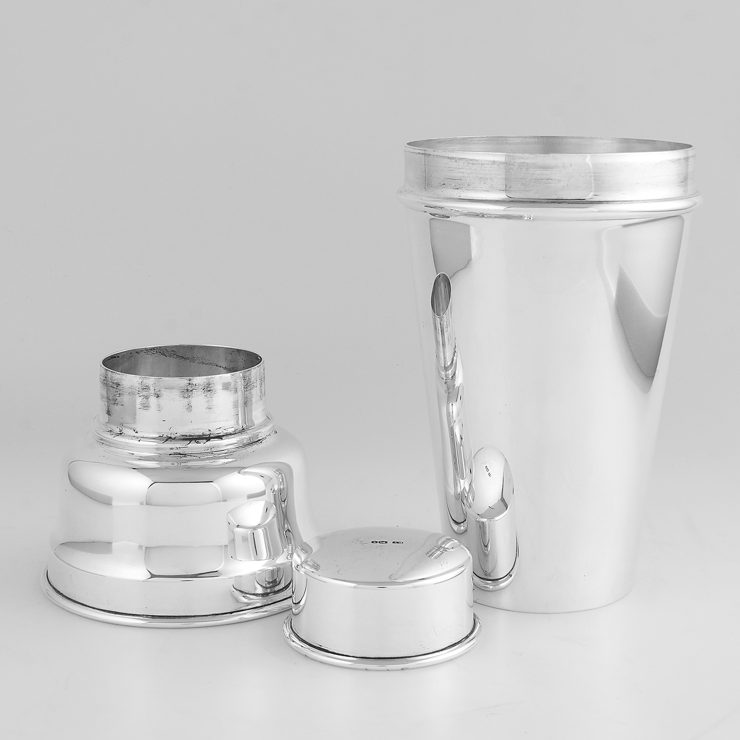 ANTIQUE GEORGE V STERLING SILVER COCKTAIL SHAKER, VINERS LTD LONDON 1934 the tapering body plain - Image 2 of 2