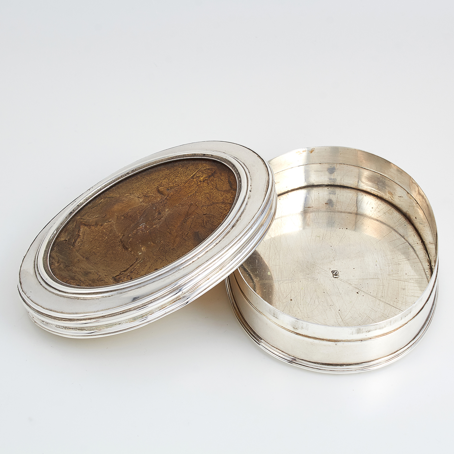 ANTIQUE SCOTTISH SILVER AND PRESSED HORN TOBACCO BOX, MAKER'S MARK I.S, CIRCA 1800 of oval form, the - Image 2 of 3