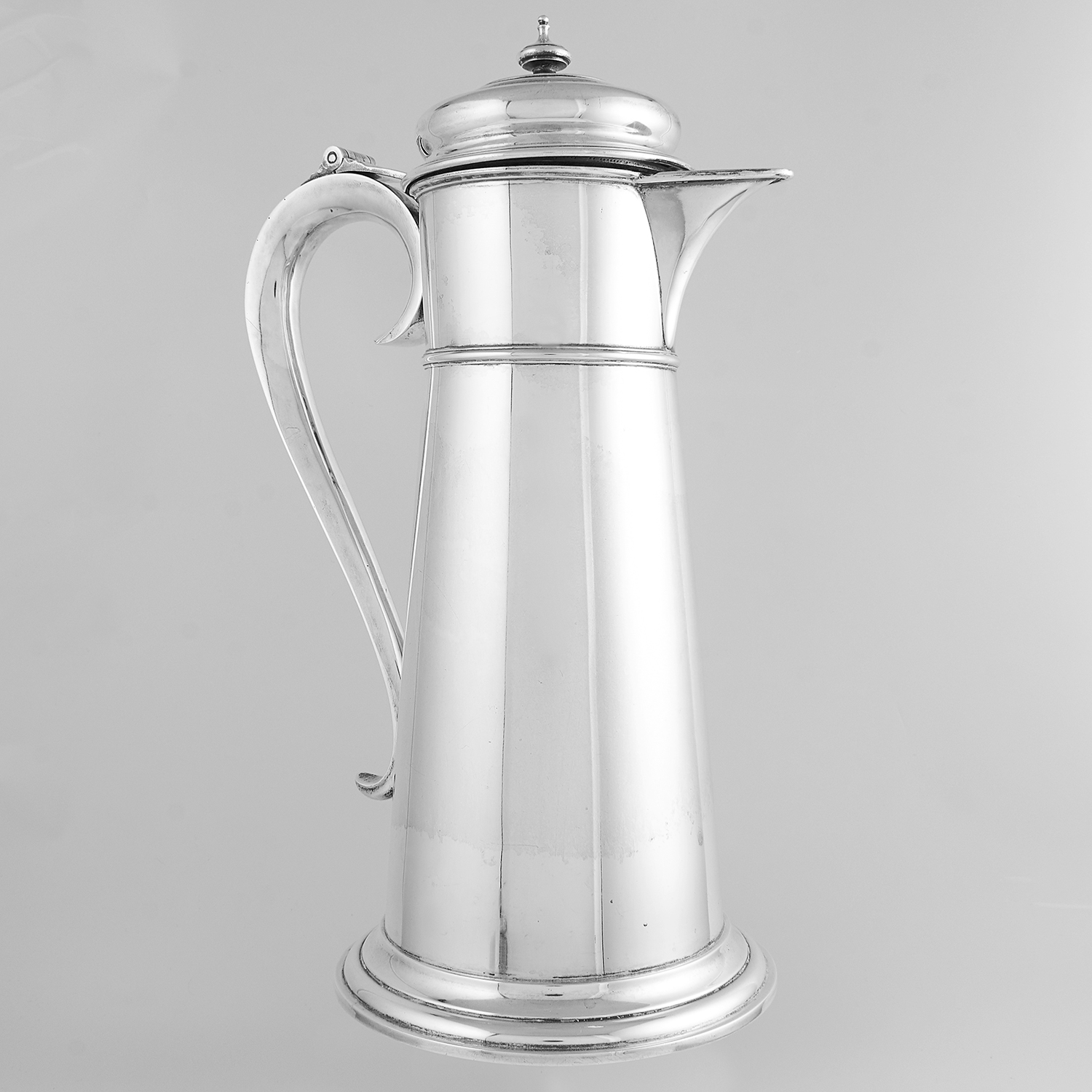 Los 56 - ANTIQUE AMERICAN STERLING SILVER COCKTAIL JUG CIRCA 1920 the tapering body with scrolling handle and
