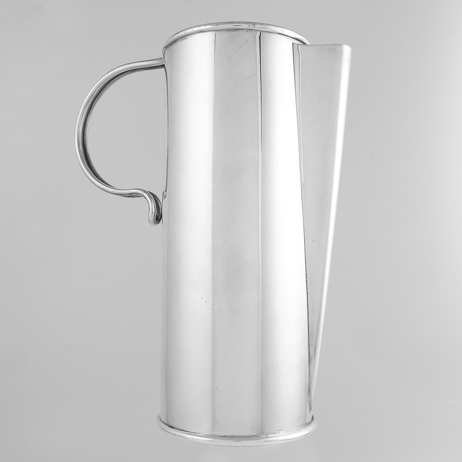 Los 83 - VINTAGE ITALIAN STERLING SILVER EWER / WATER JUG CIRCA 1960 of plain cylindrical form with a