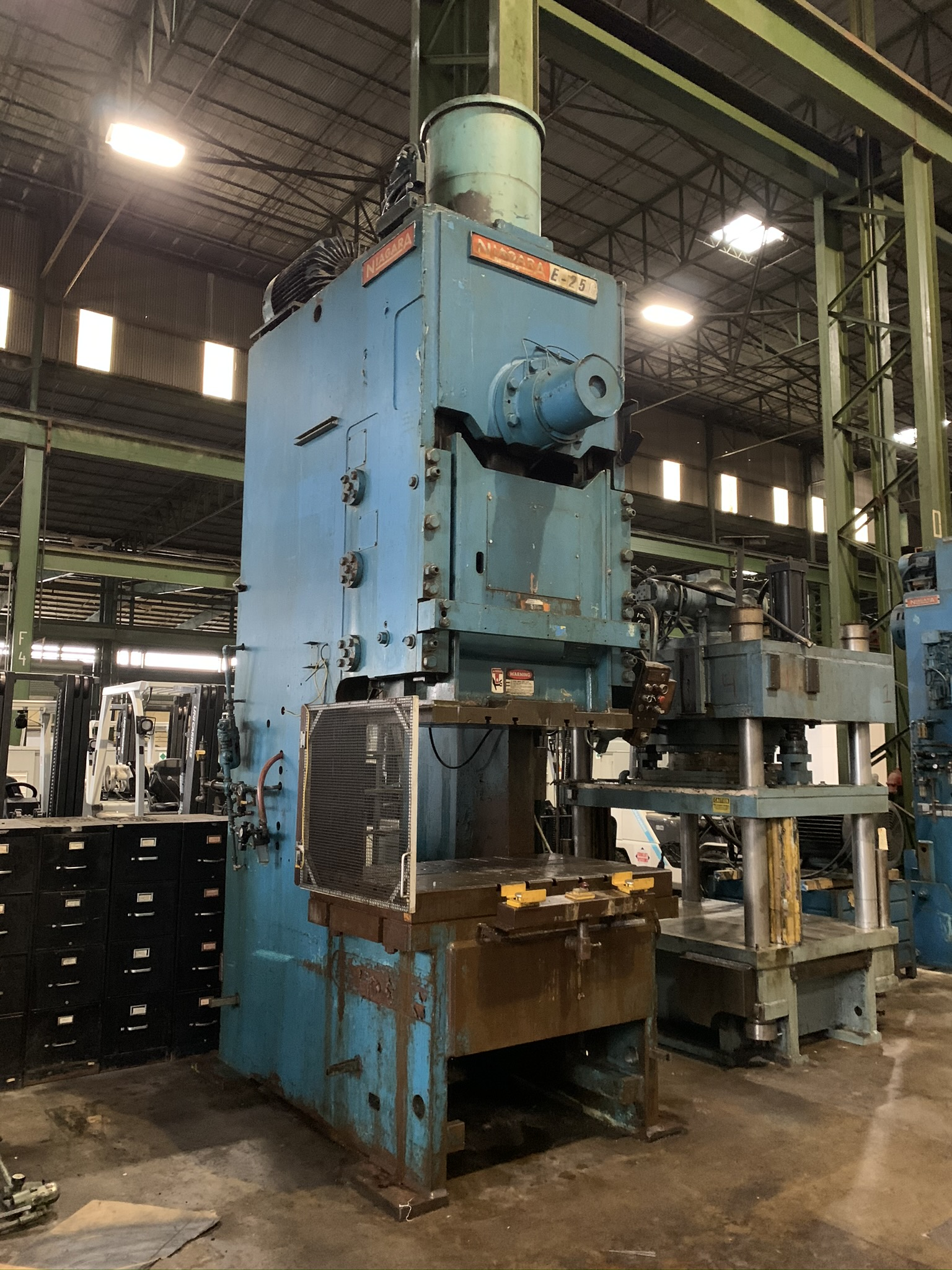"""250 TON NIAGARA MODEL E250 GAP FRAME PRESS; S/N 51238, 58"""" LEFT TO RIGHT X 34"""" FRONT TO BACK BED, - Image 2 of 11"""