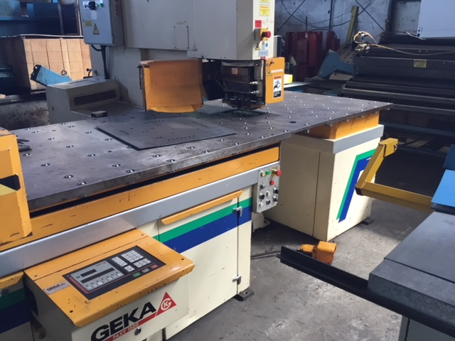 """110 TON GEKA CNC PUNCH; S/N 9702, PUNCHING CAPACITY 110 TONS, CAPACITY IN _"""" MATERIAL 1-1/2"""", - Image 4 of 10"""