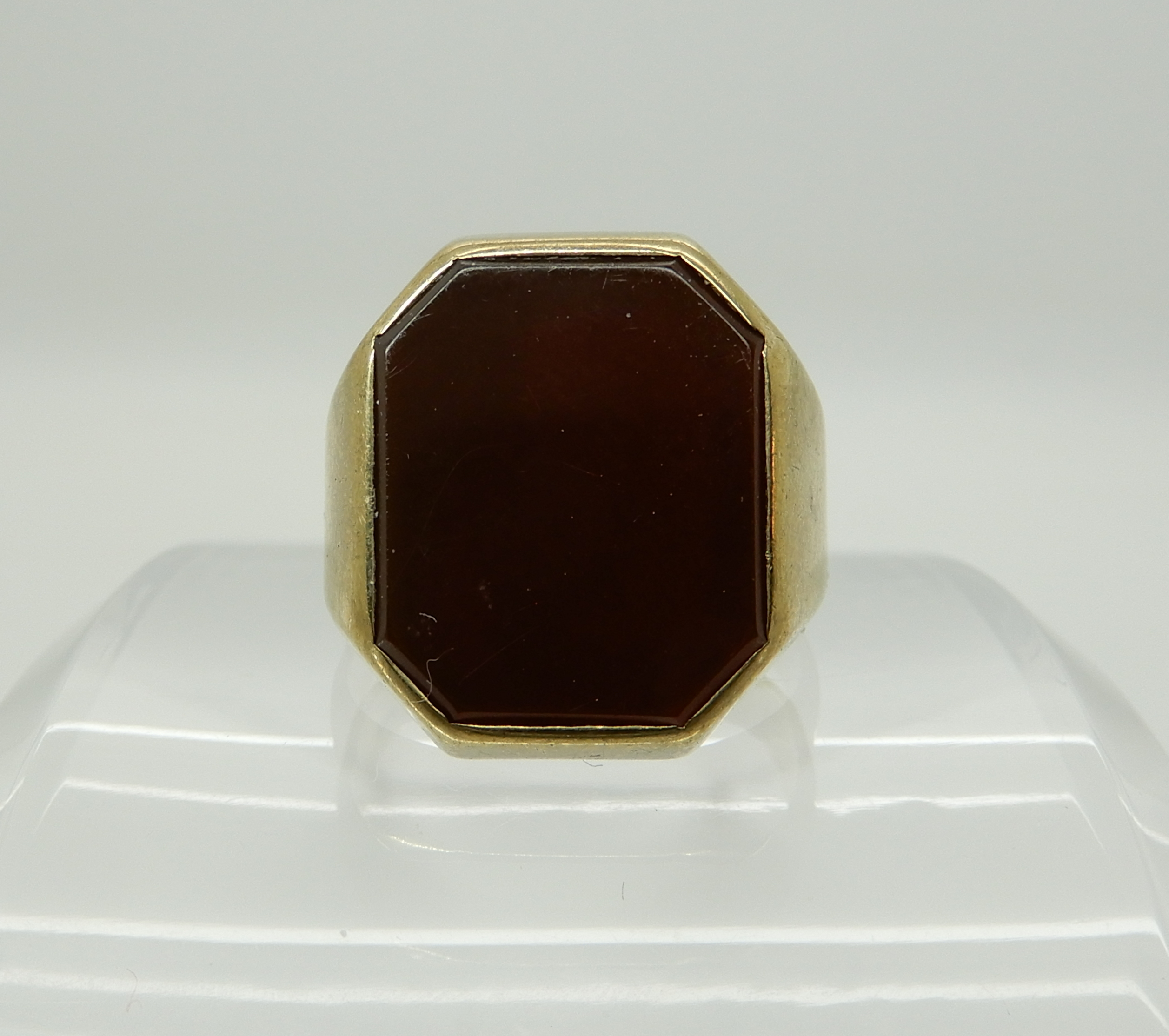 Lot 14 - An 8ct gold gents signet ring stamped 333, set with carnelian, size approx W, weight 7.1gms