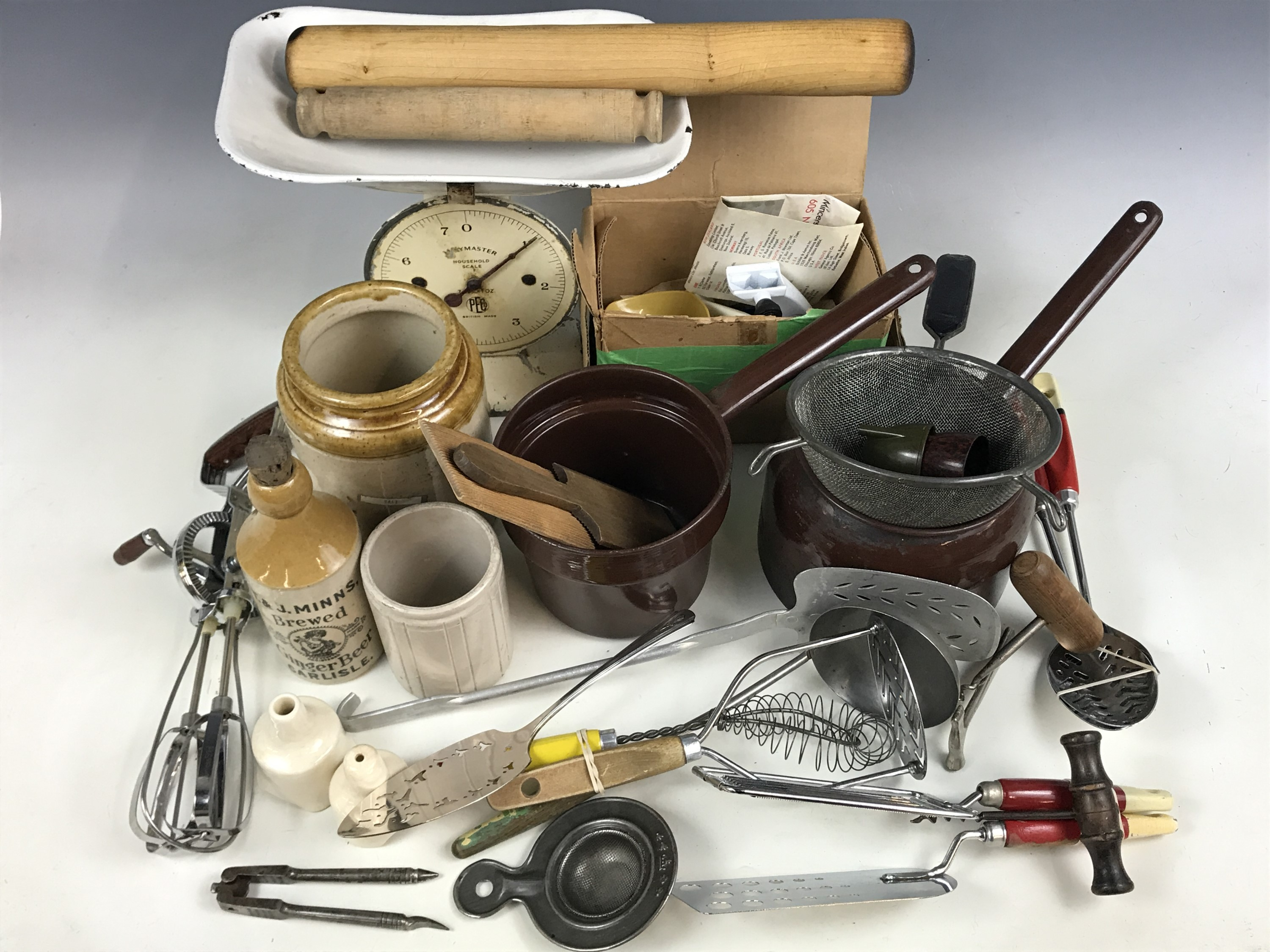Lot 33 - Items of vintage kitchenalia, including a set of counter-top scales, a Judge Ware enamelled bain