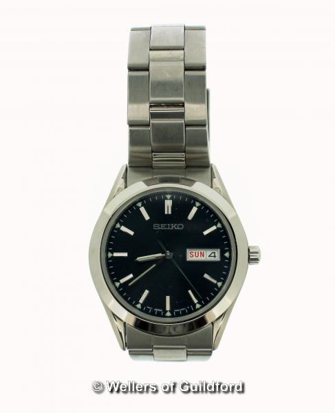 Lot 5045 - *Gentlemen's Seiko stainless steel wristwatch, circular blue dial, with baton hour markers and
