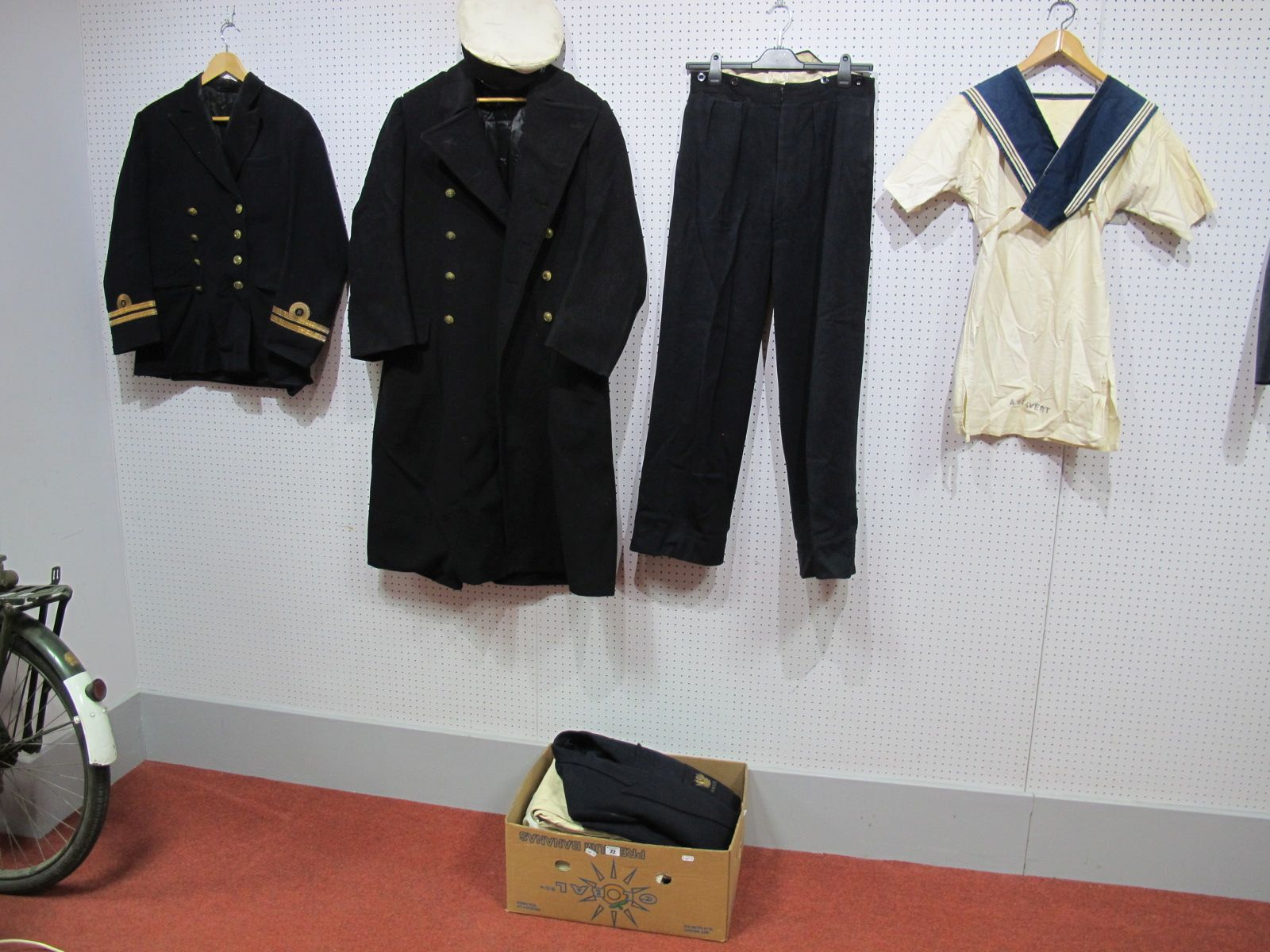 Lot 22 - A First World War Royal Navy Volunteer Reserve Uniform, with Sub Lieutenants epaulette's. Together