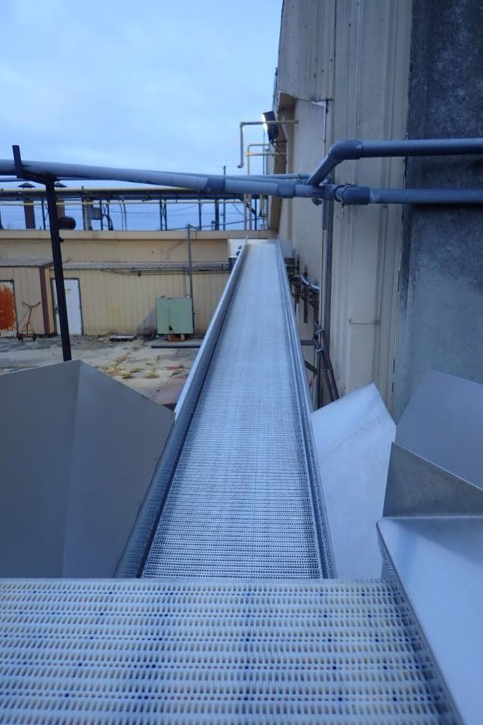 Incline conveyor, 35 ft. long x 24 in. wide x 60 in. infeed x 108 in. discharge, SS frame, motor and - Image 5 of 5