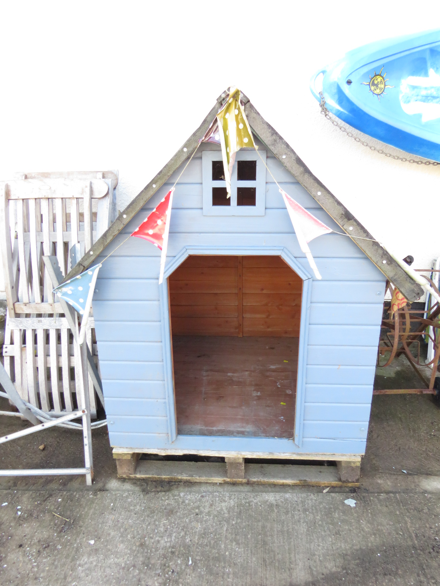 Lot 11 - WOODEN OUTDOOR CHILD'S PLAYHOUSE