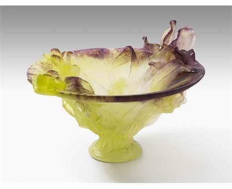 """Daum France Schale """"Iris"""". Ende 20. Jh. Hellgrünes und violettes Pâte de verre. Bezeichnet: Daum France. H 19 cm; D 26,5 cm"""