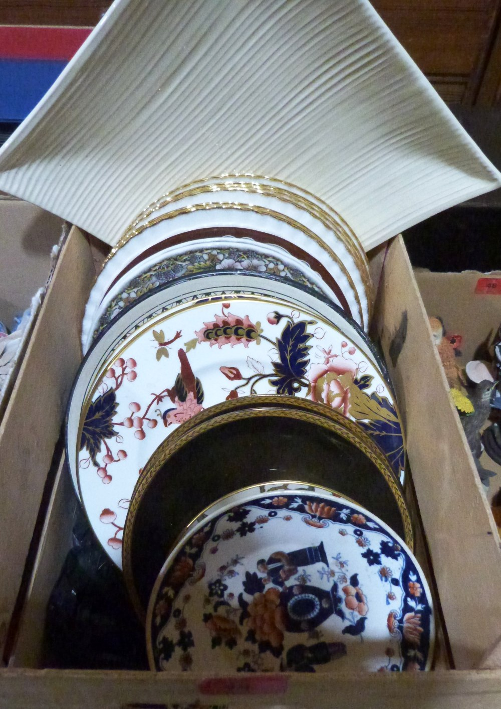 Lot 49 - A box of miscellaneous decorated plates