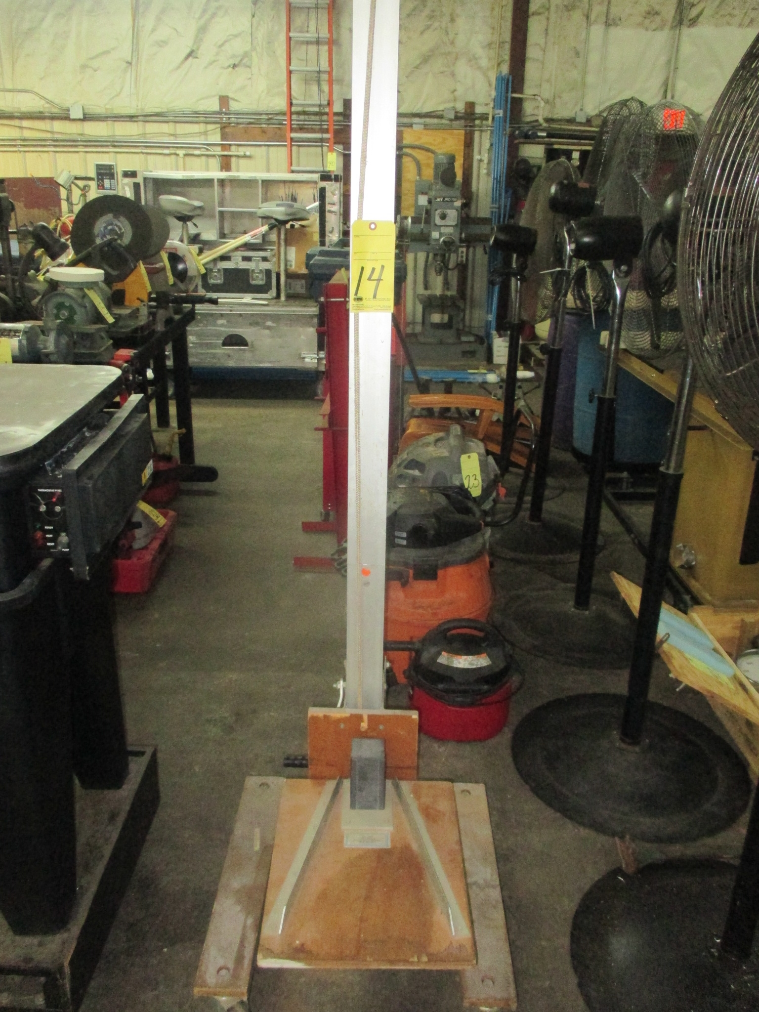 Lot 14 - LIFTING APPARATUS, GIL-LIFT