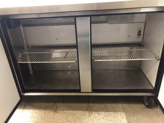 """Table de préparation réfrigérée TRUE # QA 72-30MB, 3 portes, 6' x 36"""" - compresseur intégré - Image 2 of 6"""