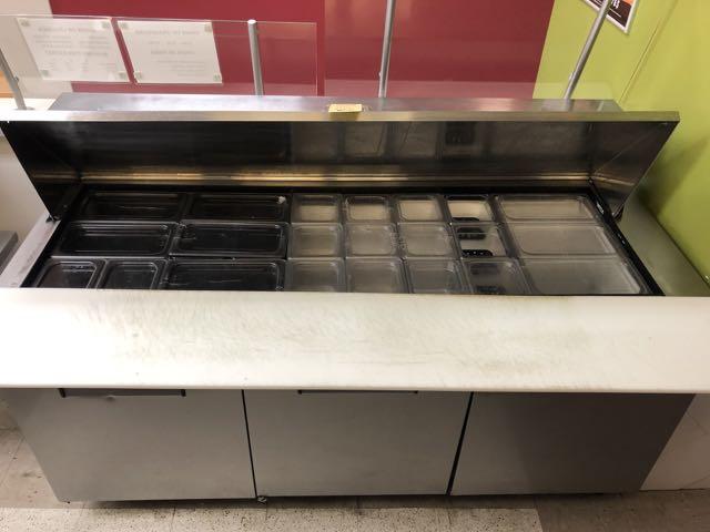 """Table de préparation réfrigérée TRUE # QA 72-30MB, 3 portes, 6' x 36"""" - compresseur intégré - Image 4 of 6"""