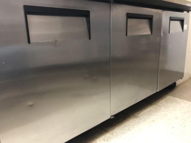 """Table de préparation réfrigérée TRUE # QA 72-30MB, 3 portes, 6' x 36"""" - compresseur intégré - Image 5 of 6"""