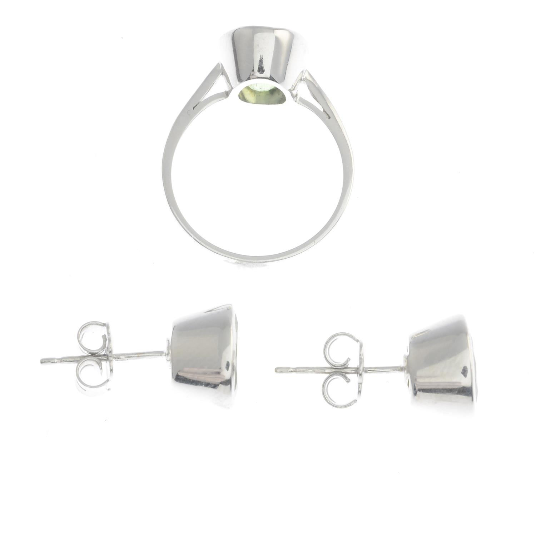 Lot 24 - A set of peridot jewellery,