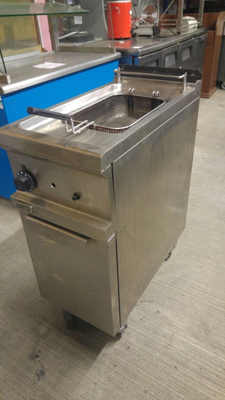 Lot 53 - Zanussi MFR/G1S 07 Gas Fryer Zanussi Gas Fryer . Deep V shaped well allows for rapid heat up as well