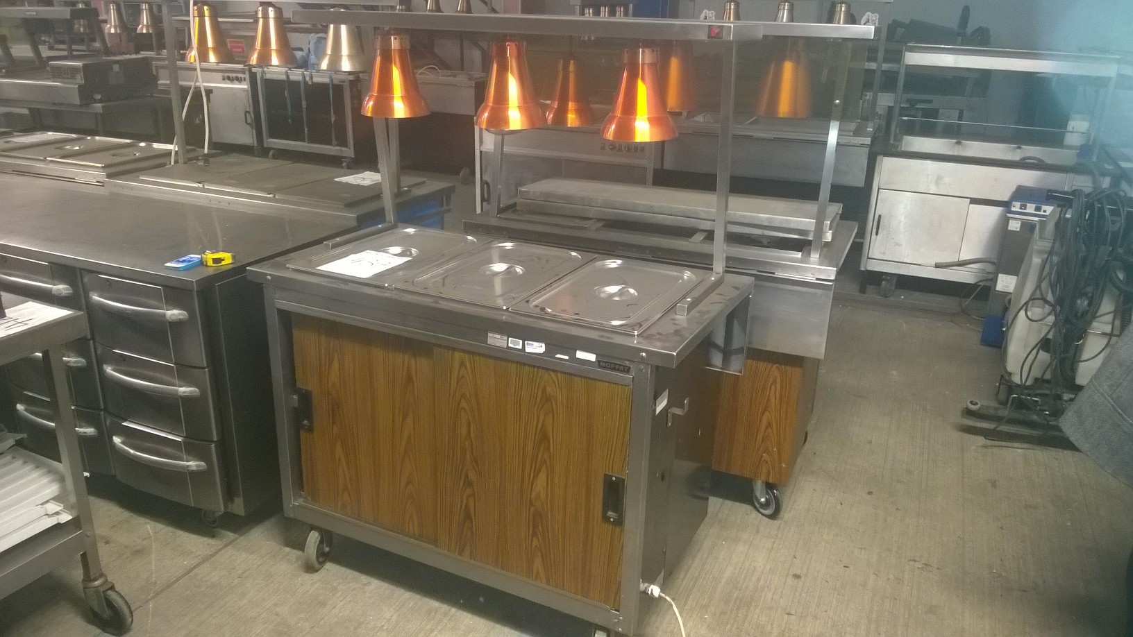 Lot 4 - Moffat V3 Heated display cabinet Heated display cabinets with heat lamps (5) 1200 x 640/880 x 1530mm