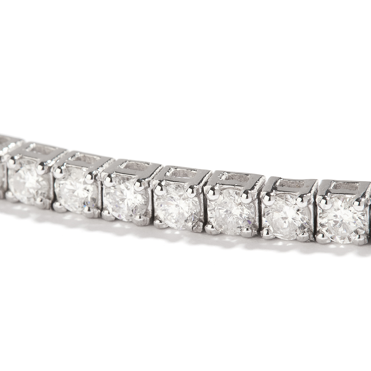 Los 12 - 5.60 CART DIAMOND LINE BRACELET in 18ct white gold, comprising a single row of round cut diamonds,