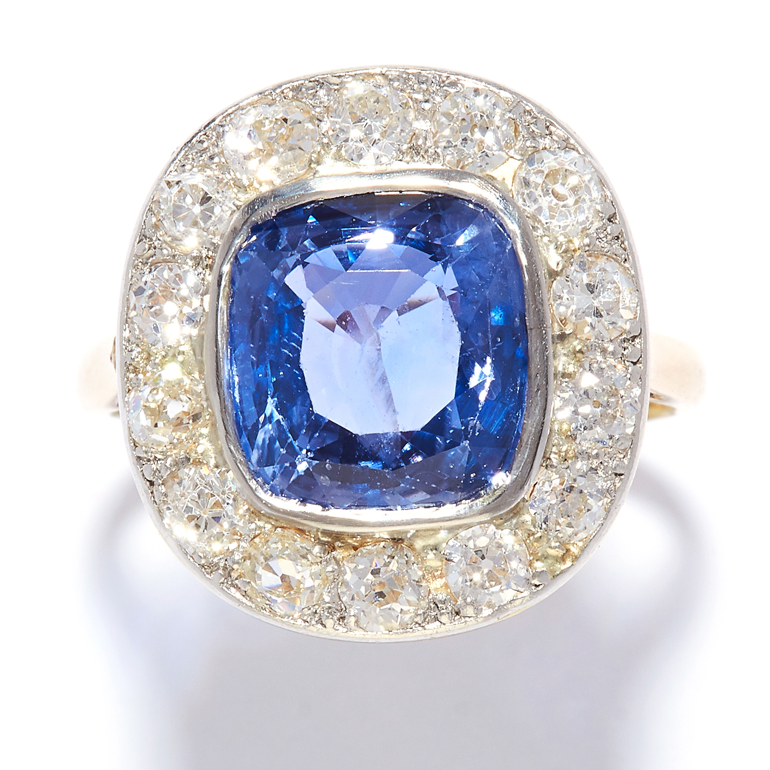Los 21 - 4.65 CARAT NO HEAT SAPPHIRE AND DIAMOND CLUSTER RING in yellow gold, set with a 4.65 carat cushion