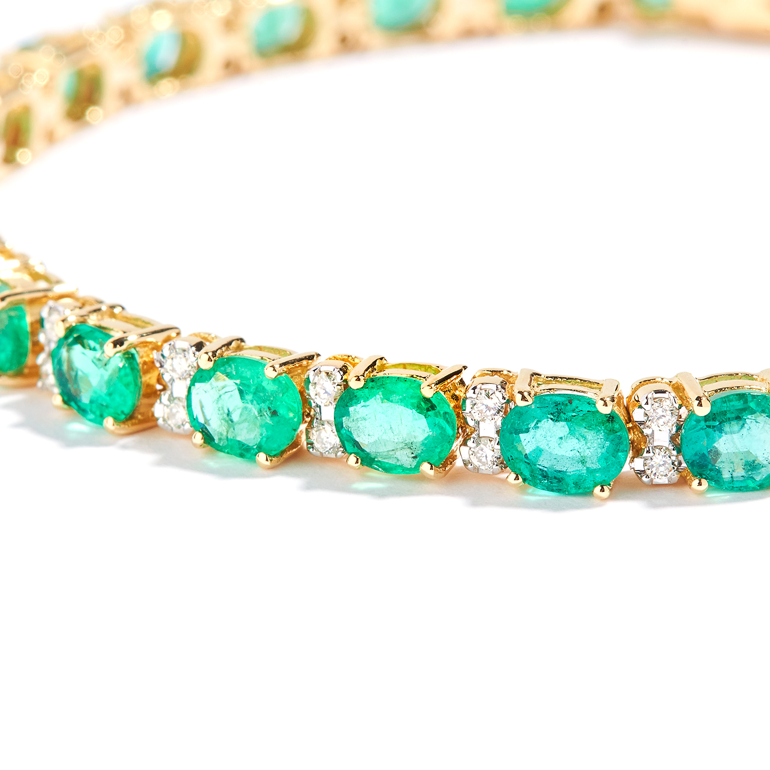 EMERALD AND DIAMOND LINE BRACELET in 18ct yellow gold, set with oval cut emeralds totalling - Bild 2 aus 2
