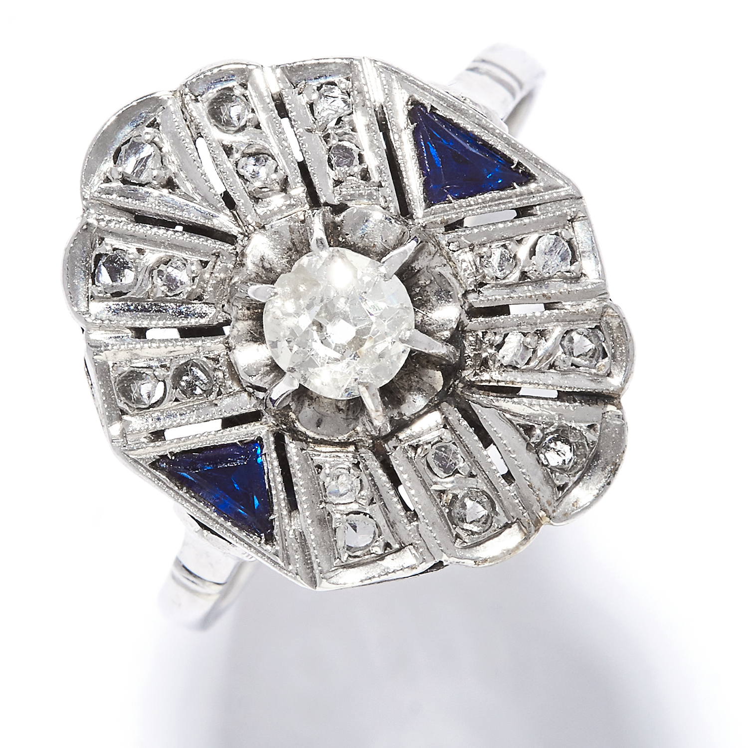 Los 42 - ART DECO DIAMOND AND SAPPHIRE RING in platinum or white gold, the oval face set with an old cut