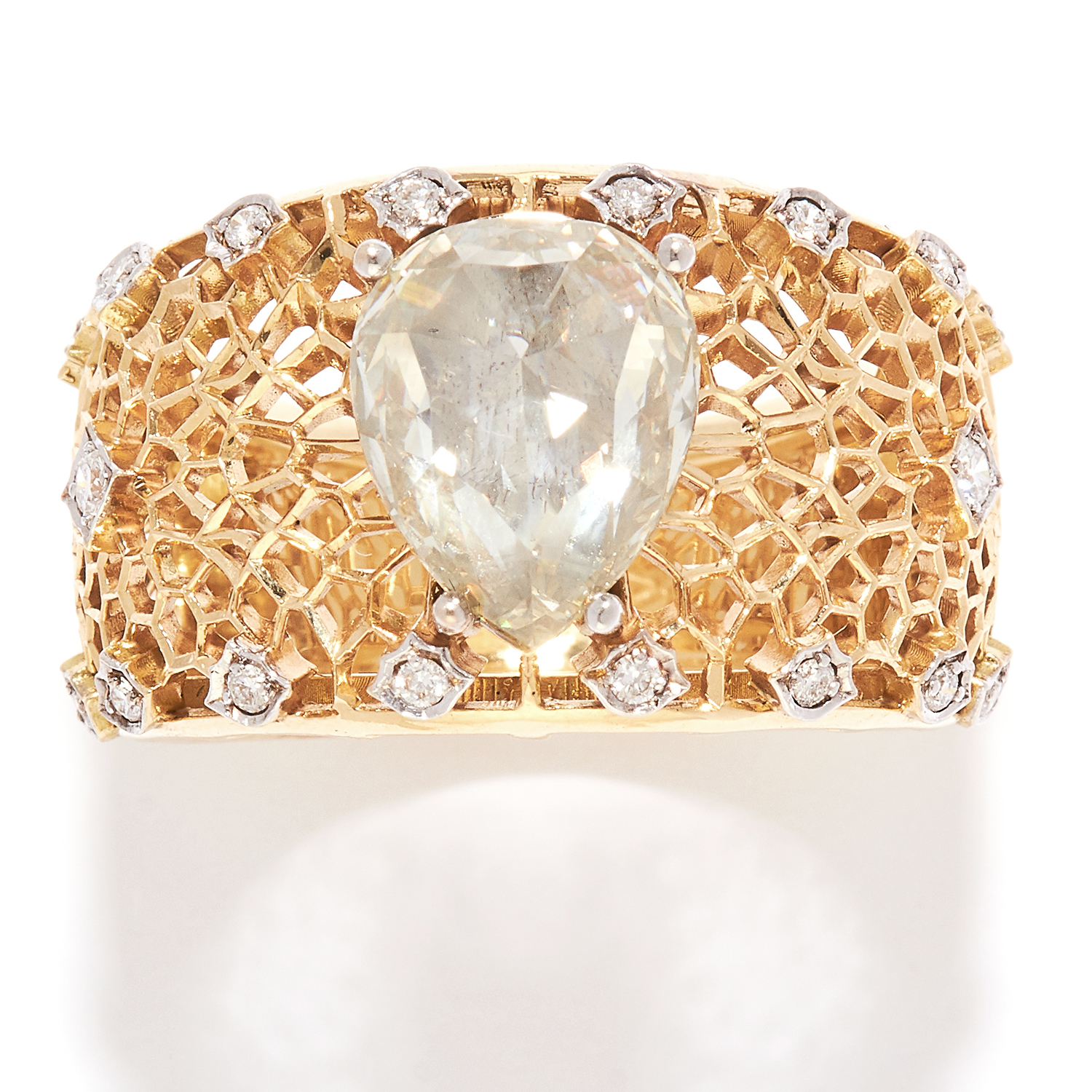 Los 58 - VINTAGE DIAMOND DRESS RING in 18ct yellow gold, the large band with openwork design, set with a pear