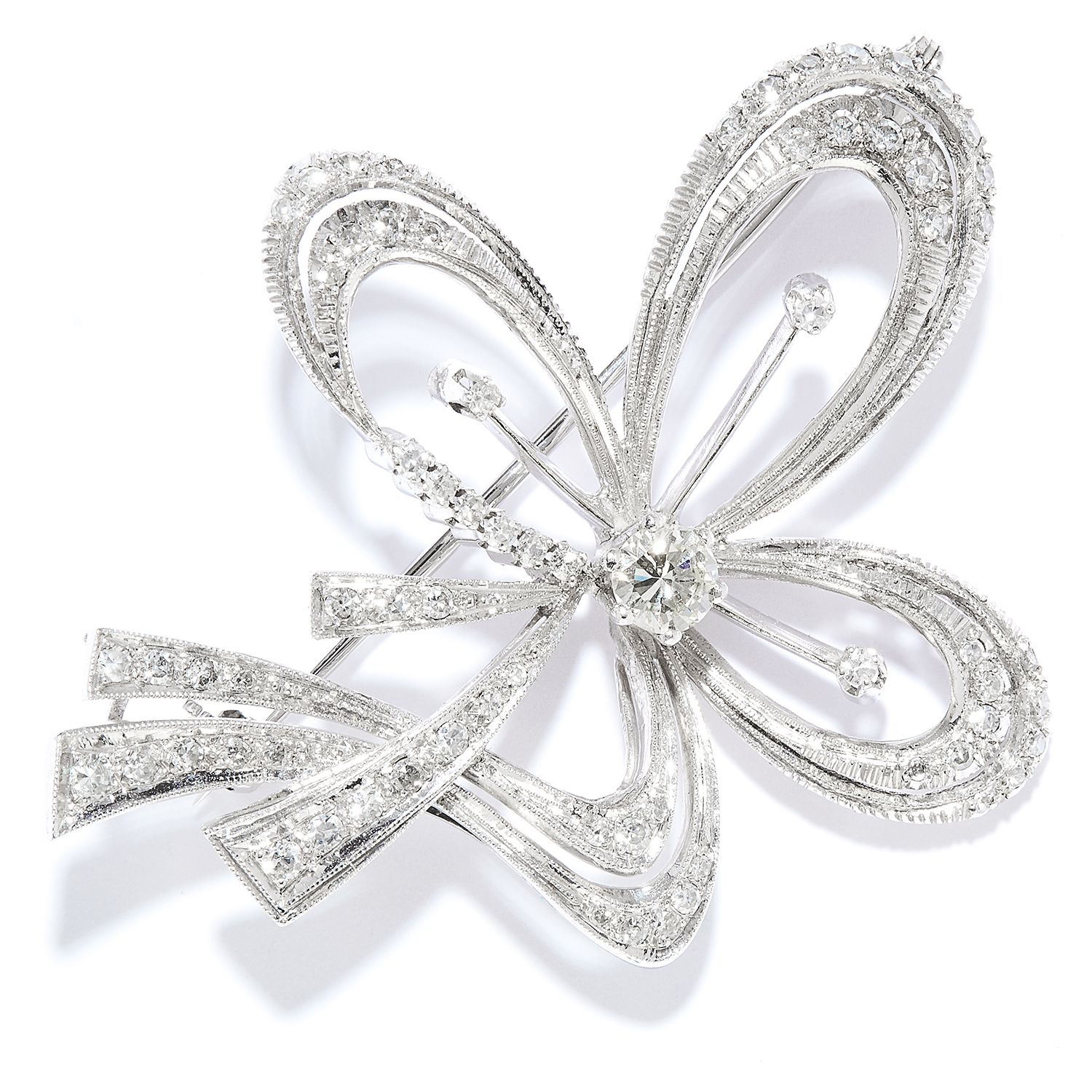 Los 13 - DIAMOND RIBBON BROOCH in 18ct white gold, designed as a ribbon and bow motif, set with a central