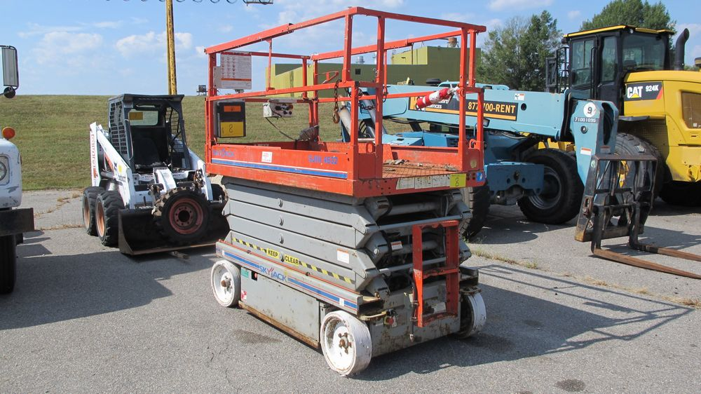 SKYJACK SJ111 SCISSOR LIFT (NEEDS REPAIR) (WAREHOUSE 30 - PARKING LOT)