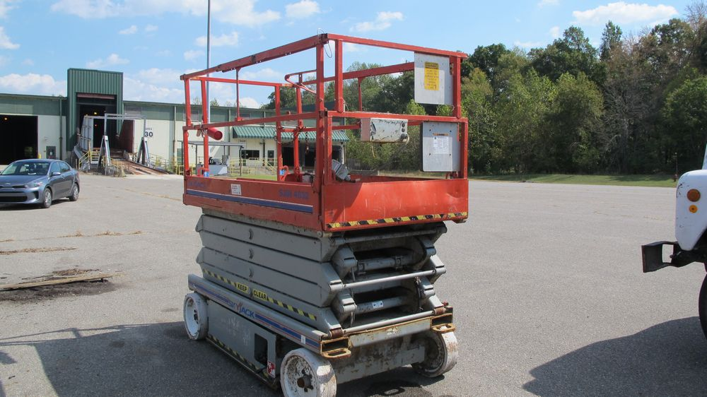 SKYJACK SJ111 SCISSOR LIFT (NEEDS REPAIR) (WAREHOUSE 30 - PARKING LOT) - Image 5 of 8