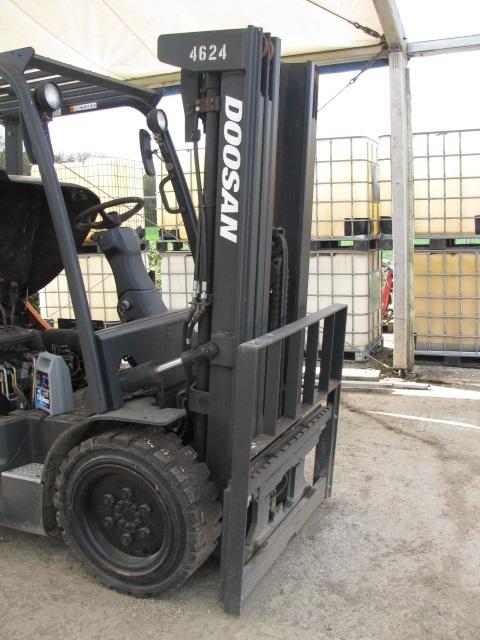 Lot 006 - Doosan 33 Pro 5 diesel ride on fork lift truck