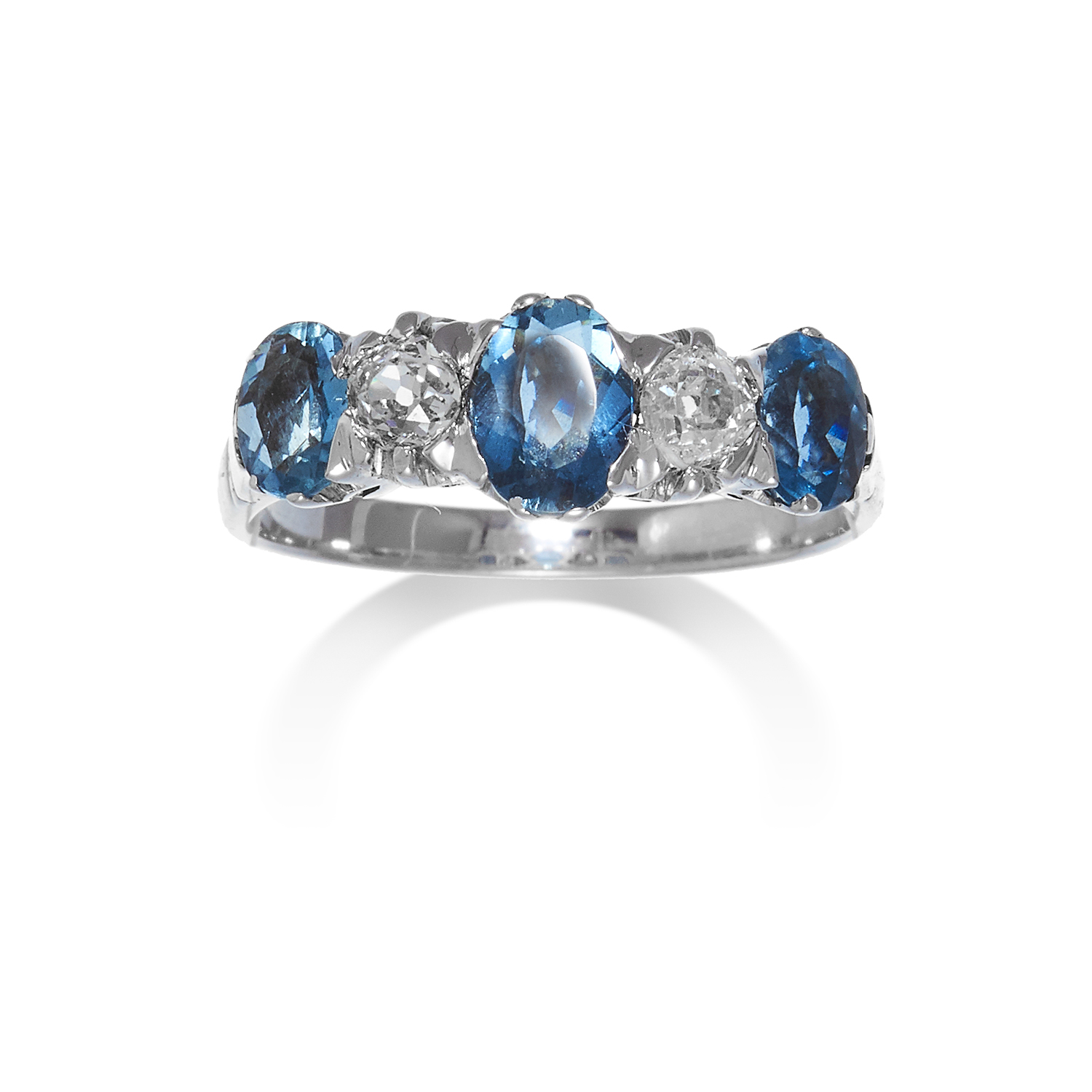Los 6 - AN AQUAMARINE AND DIAMOND RING in white gold or platinum, set with a row of five alternating