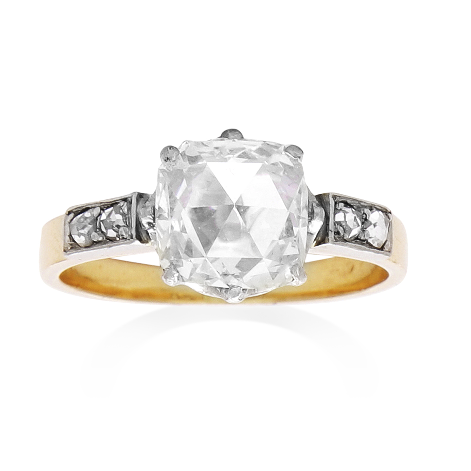Los 38 - AN ANTIQUE DIAMOND RING in 18ct yellow gold, set with a cushion shaped rose cut diamond of 1.10