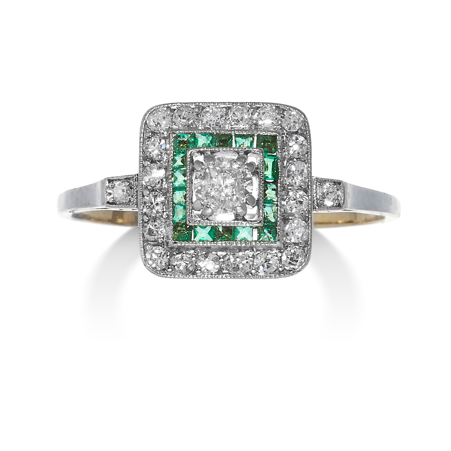 Los 7 - AN ART DECO DIAMOND AND EMERALD RING in high carat yellow gold and platinum, the old cut diamond