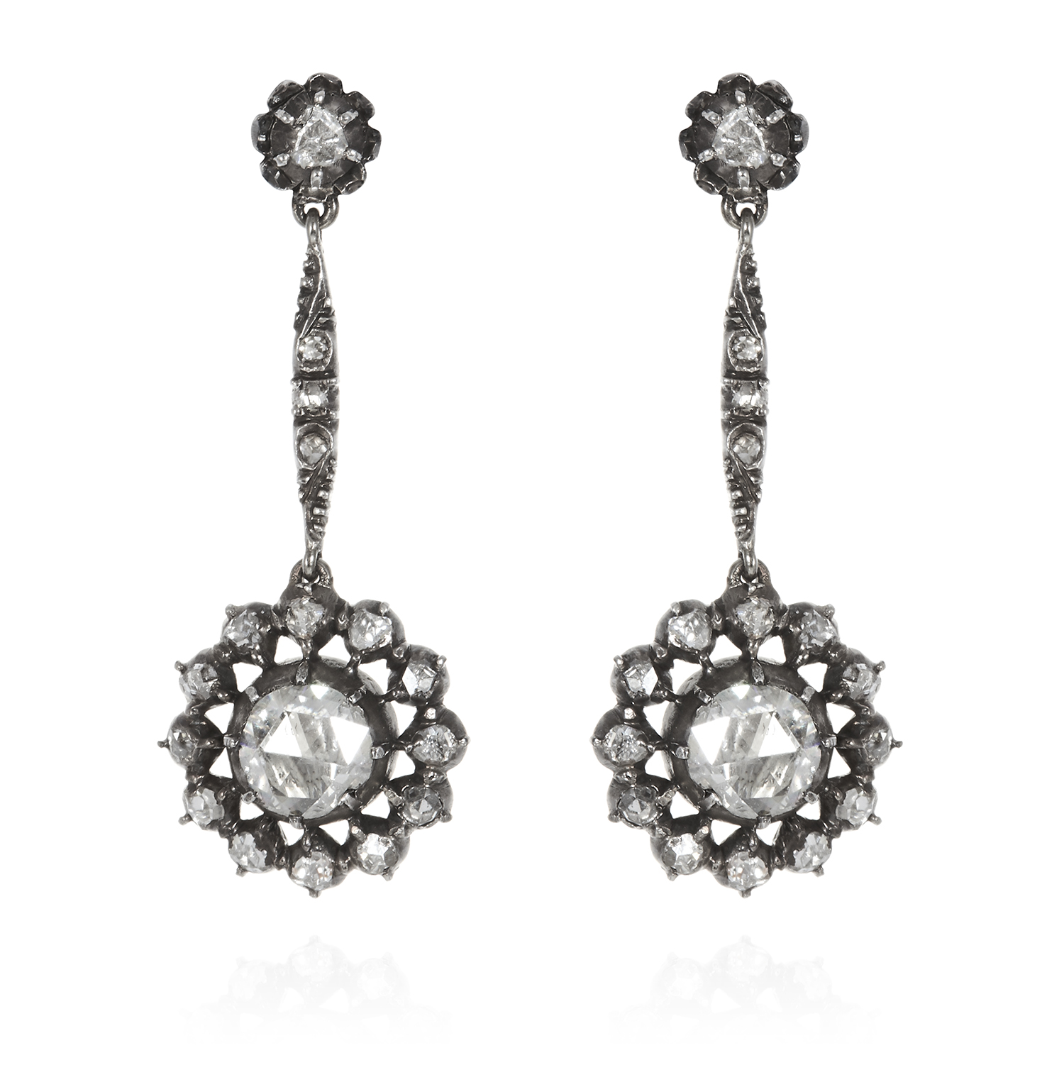 Los 32 - A PAIR OF ANTIQUE DIAMOND DROP EARRINGS, 19TH CENTURY in yellow gold and silver, set with a rose cut