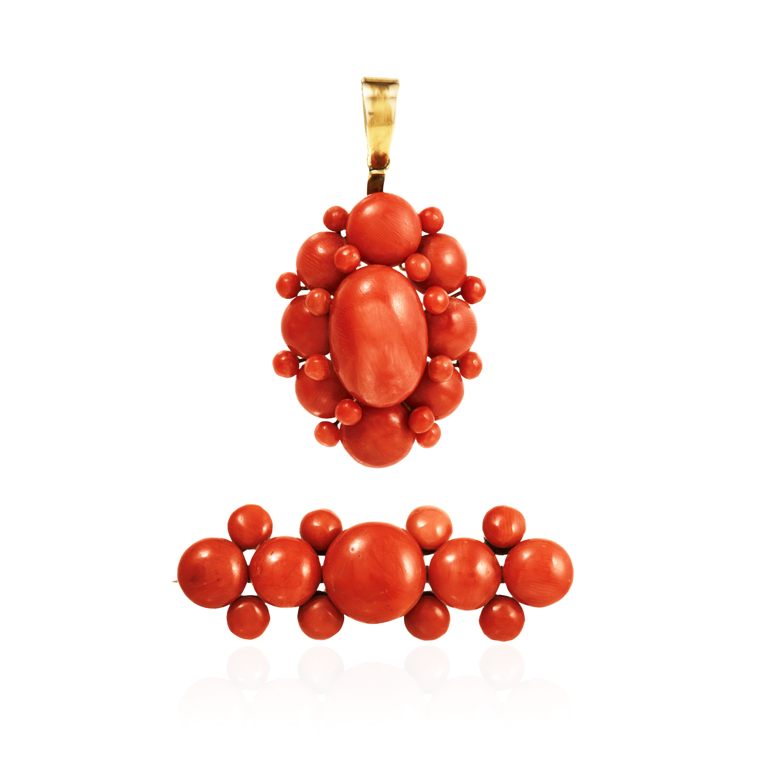 Los 18 - AN ANTIQUE CORAL BROOCH AND PENDANT, ITALIAN CIRCA 1860 the pendant a cluster of coral beads, the