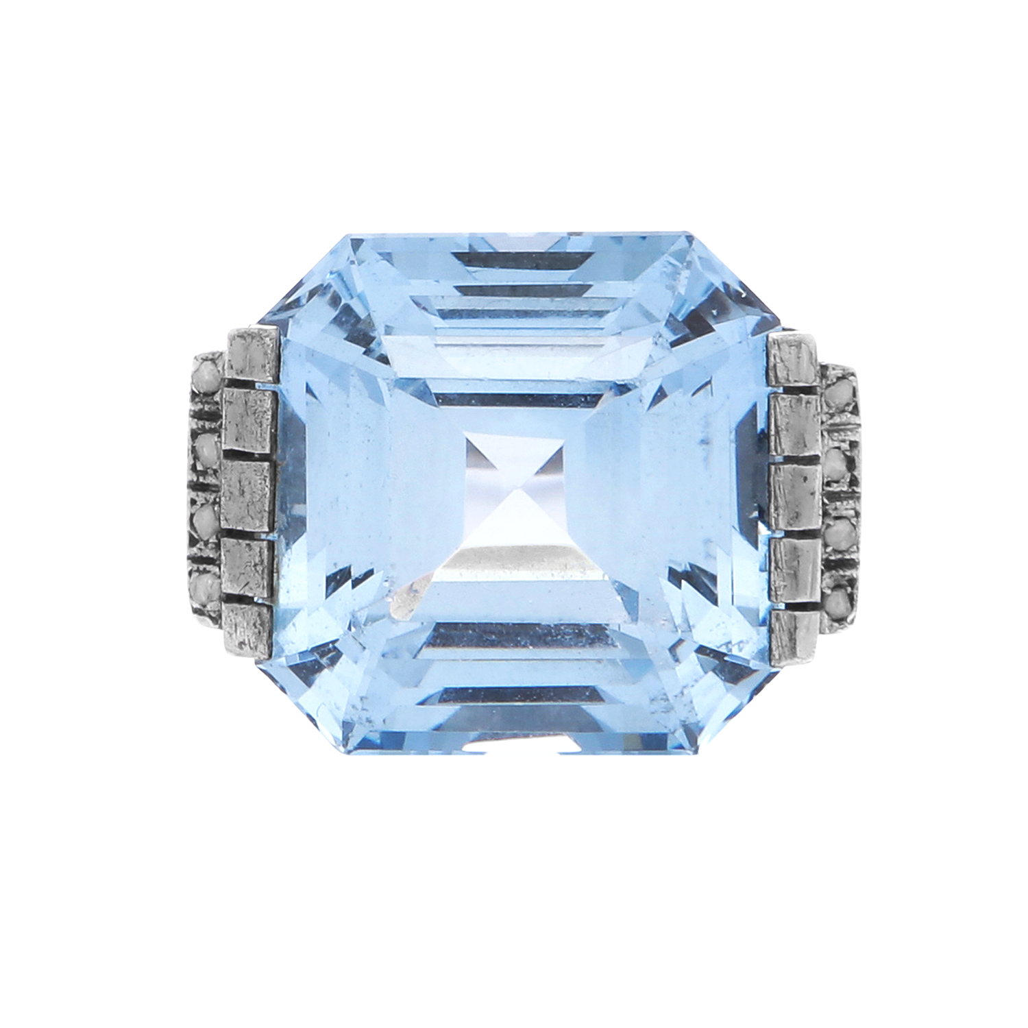 Los 28 - AN ANTIQUE ART DECO AQUAMARINE / SPINEL AND DIAMOND DRESS RING set with a central step cut blue