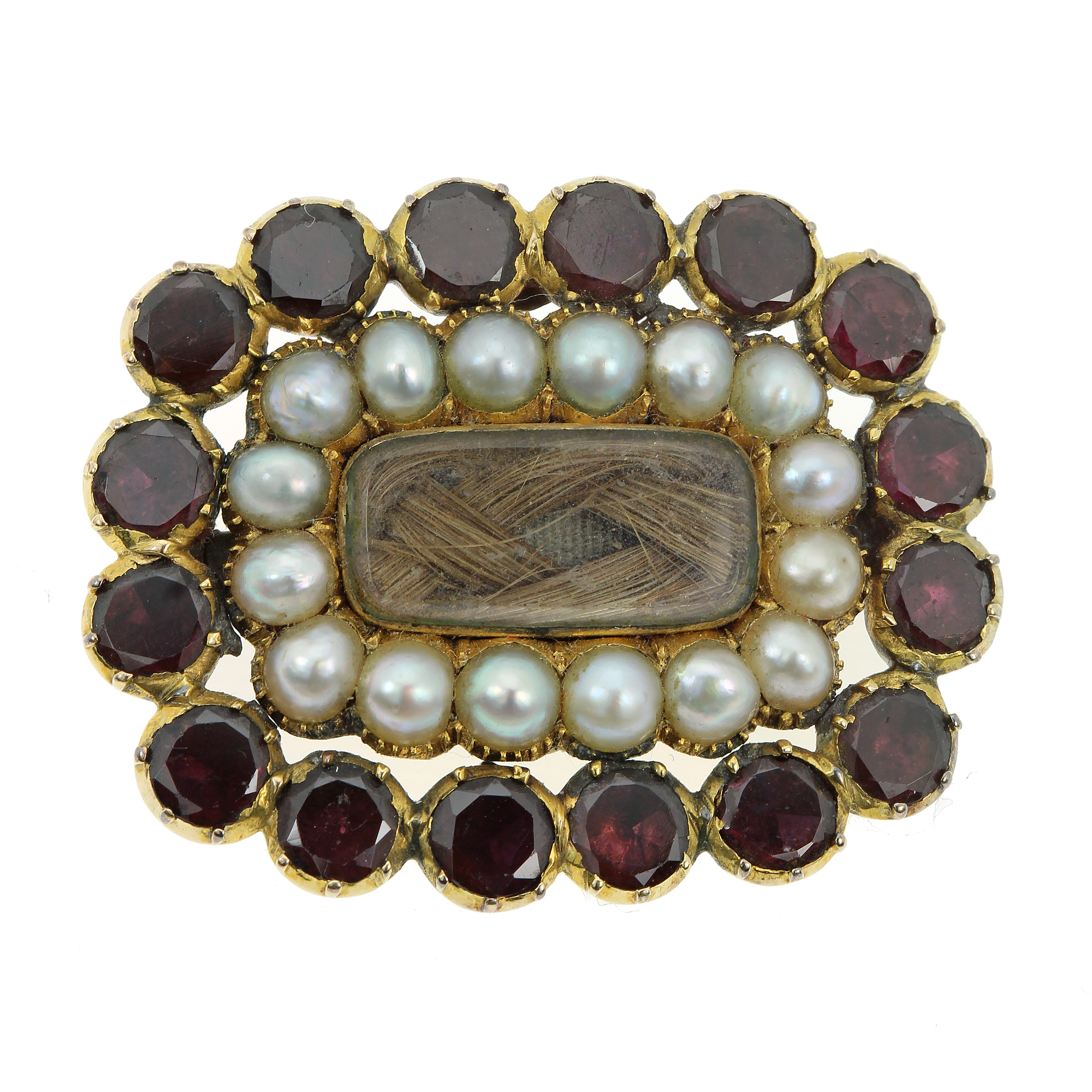 Los 34 - AN ANTIQUE HAIRWORK, PEARL AND GARNET MOURNING BROOCH, 19TH CENTURY in yellow gold, the central