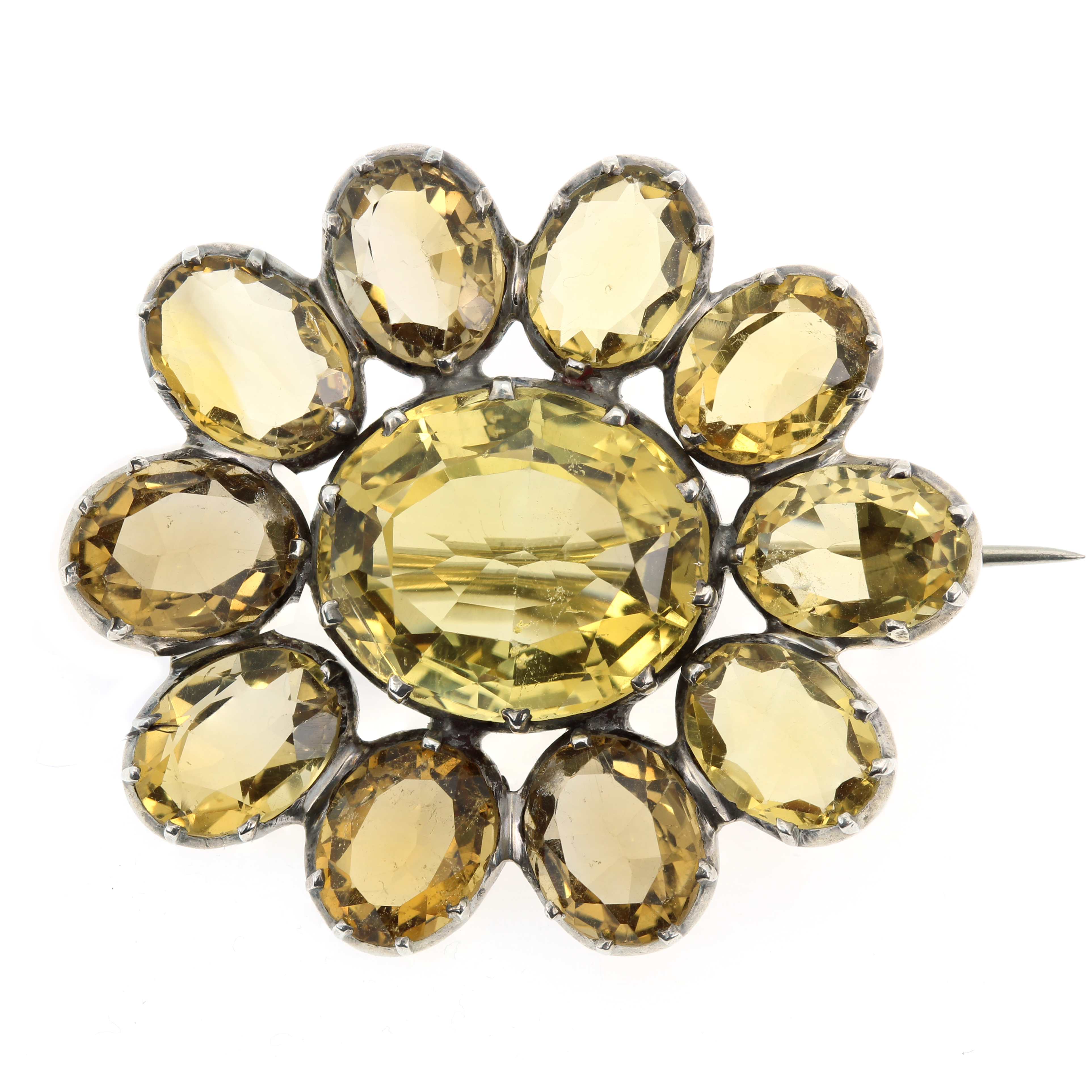 Los 33 - AN ANTIQUE CITRINE BROOCH, 19TH CENTURY in silver, set with a cluster of oval cut citrines,