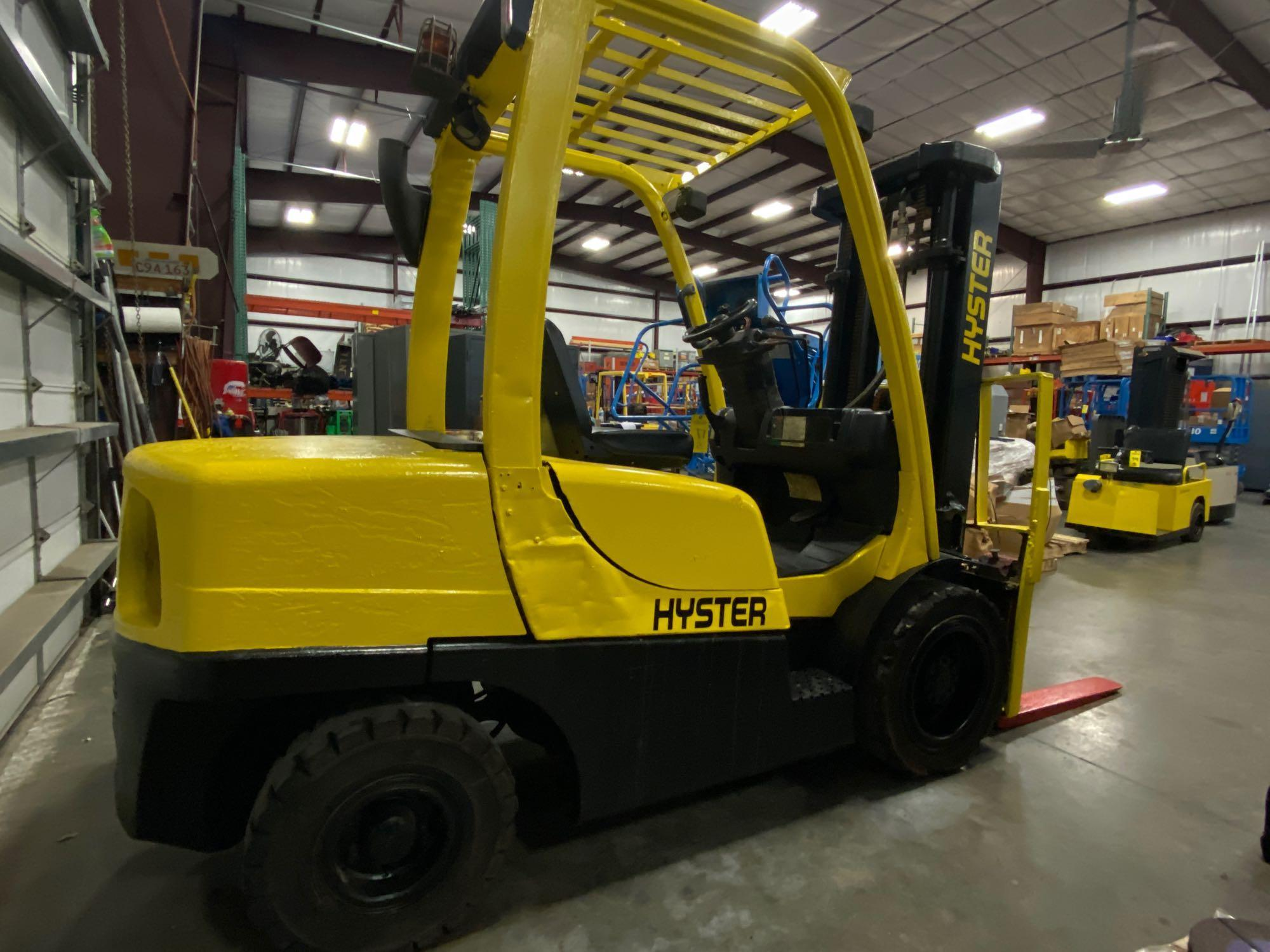 """HYSTER H70FT FORKLIFT, APPROX. 7,000 LB CAPACITY, 181.9"""" HEIGHT CAP, TILT, RUNS AND OPERATES - Image 3 of 10"""