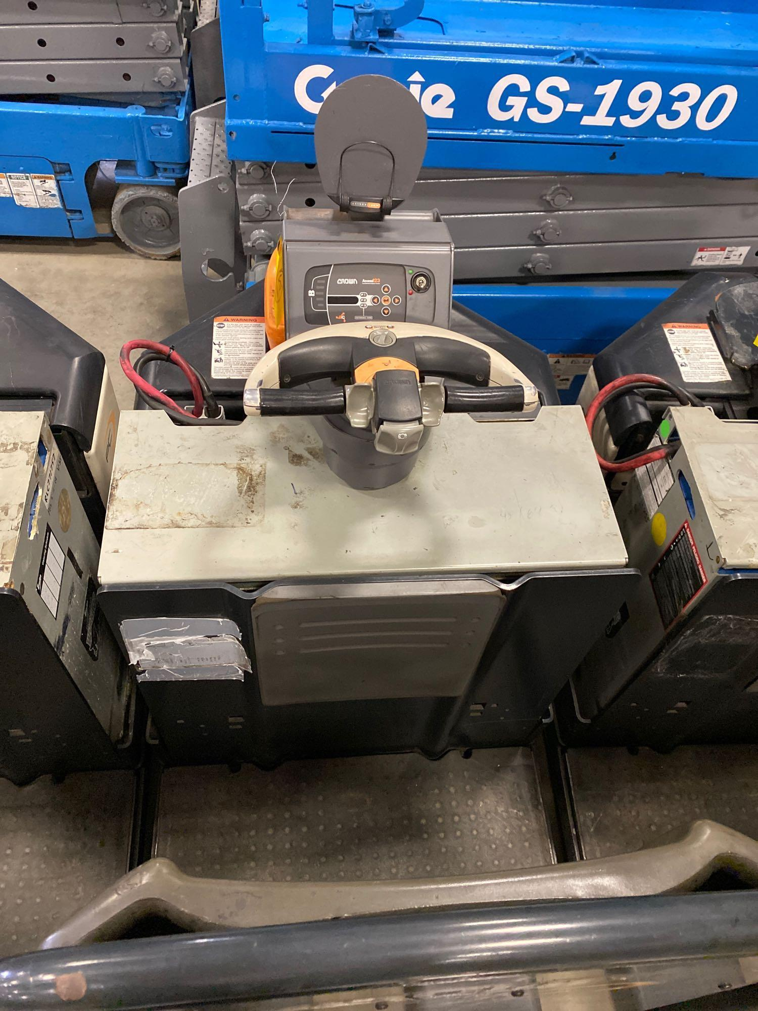 2012 CROWN ELECTRIC PALLET JACK, 8,000 LB CAPACITY, MODEL PC4500-80, 24V, RUNS AND OPERATES - Image 3 of 7