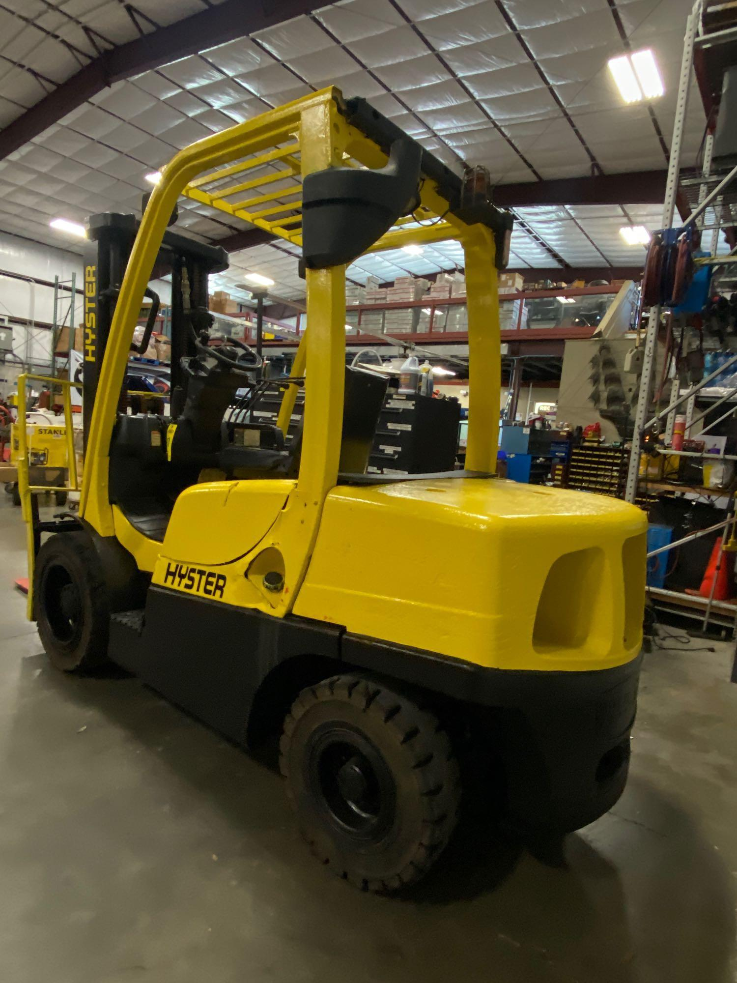 """HYSTER H70FT FORKLIFT, APPROX. 7,000 LB CAPACITY, 181.9"""" HEIGHT CAP, TILT, RUNS AND OPERATES - Image 2 of 10"""