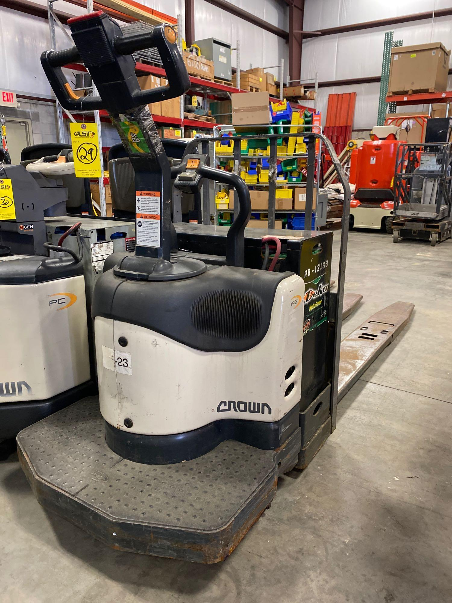 CROWN PE4000-60 ELECTRIC PALLET JACK, 6,000 LB CAPACITY, 24V, RUNS AND OPERATES