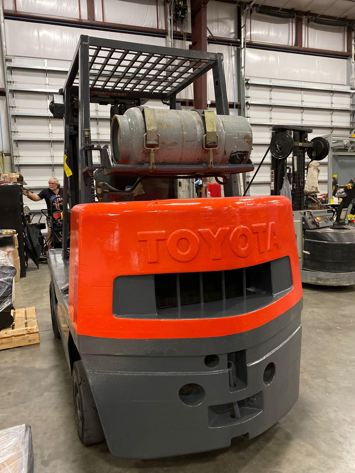 "TOYOTA FGC35 LP FORKLIFT, 8,000 LB CAPACITY, 132"" HEIGHT CAPACITY, TILT, RUNS AND OPERATES - Image 5 of 8"