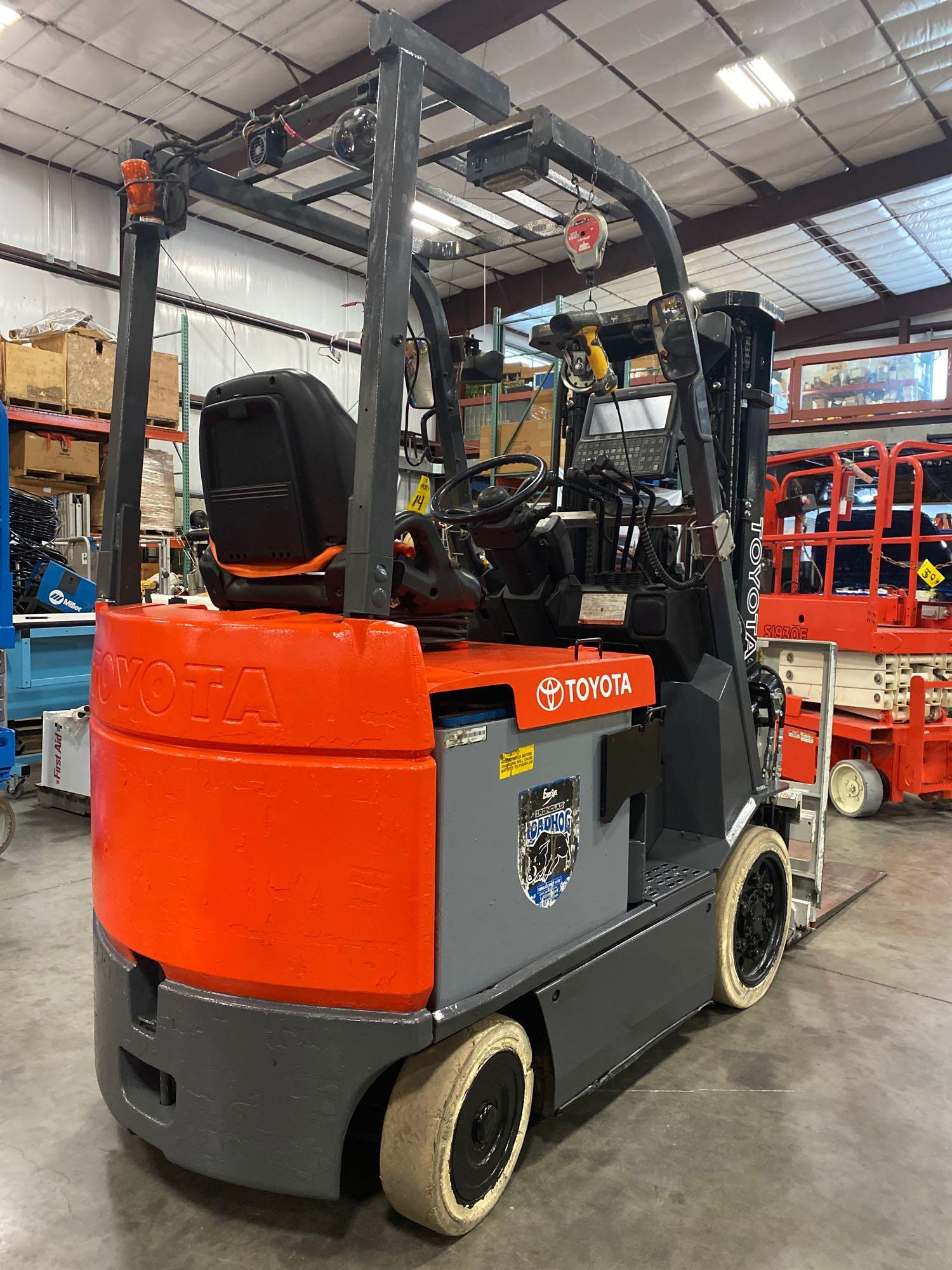 """TOYOTA ELECTRIC FORKLIFT MODEL 7FBCU25, 189"""" HEIGHT CAPACITY, TILT, SIDESHIFT, 36V, RUNS AND OPERATE - Image 3 of 11"""