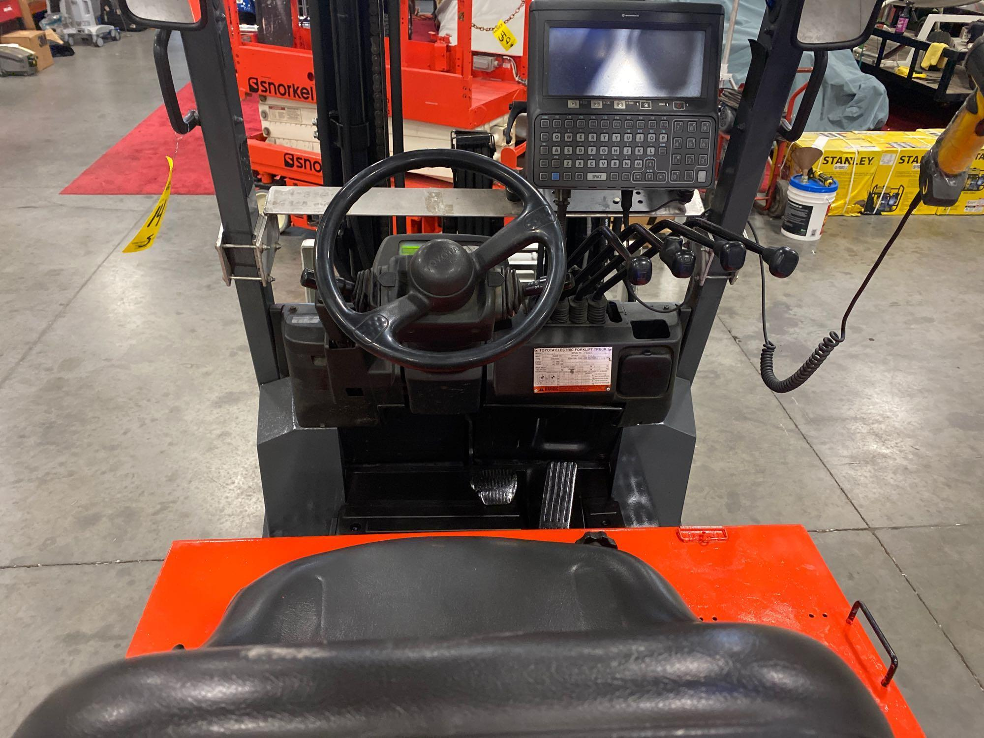"""TOYOTA ELECTRIC FORKLIFT MODEL 7FBCU25, 189"""" HEIGHT CAPACITY, TILT, SIDESHIFT, 36V, RUNS AND OPERATE - Image 8 of 11"""