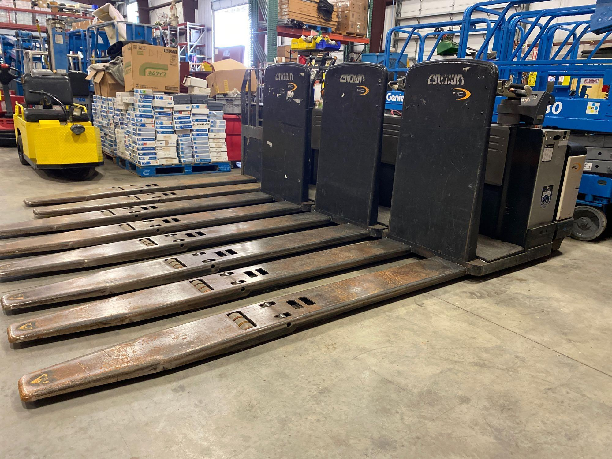 2012 CROWN ELECTRIC PALLET JACK, 8,000 LB CAPACITY, MODEL PC4500-80, 24V, RUNS AND OPERATES - Image 2 of 5