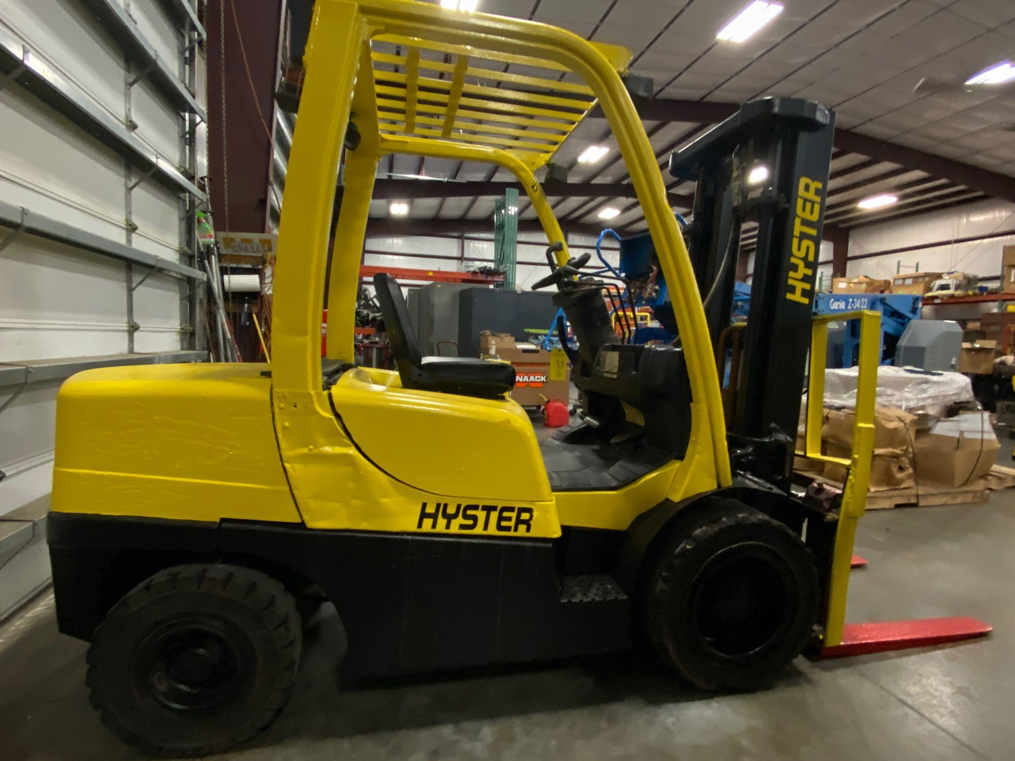 """HYSTER H70FT FORKLIFT, APPROX. 7,000 LB CAPACITY, 181.9"""" HEIGHT CAP, TILT, RUNS AND OPERATES - Image 4 of 10"""