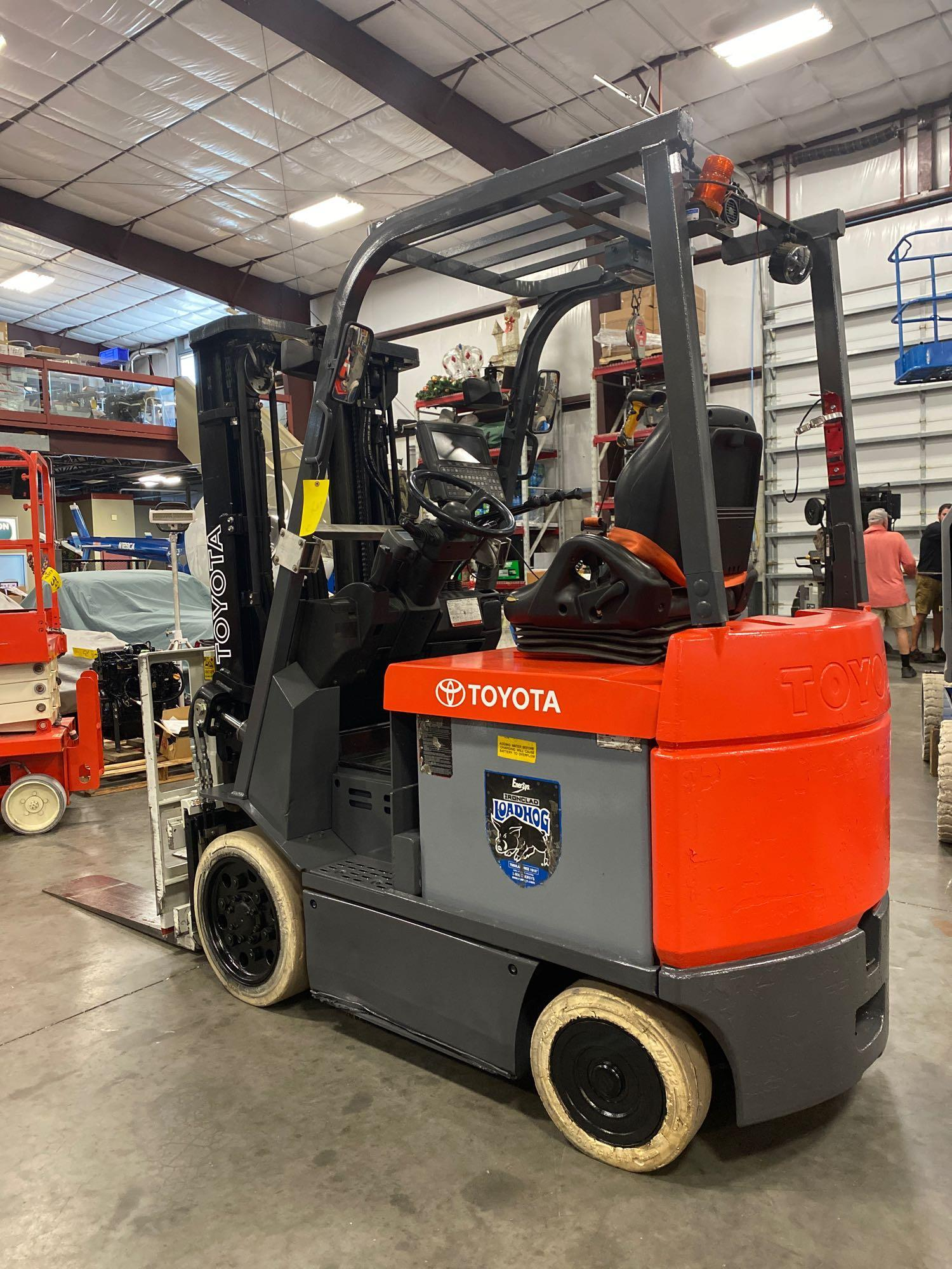 """TOYOTA ELECTRIC FORKLIFT MODEL 7FBCU25, 189"""" HEIGHT CAPACITY, TILT, SIDESHIFT, 36V, RUNS AND OPERATE - Image 4 of 11"""
