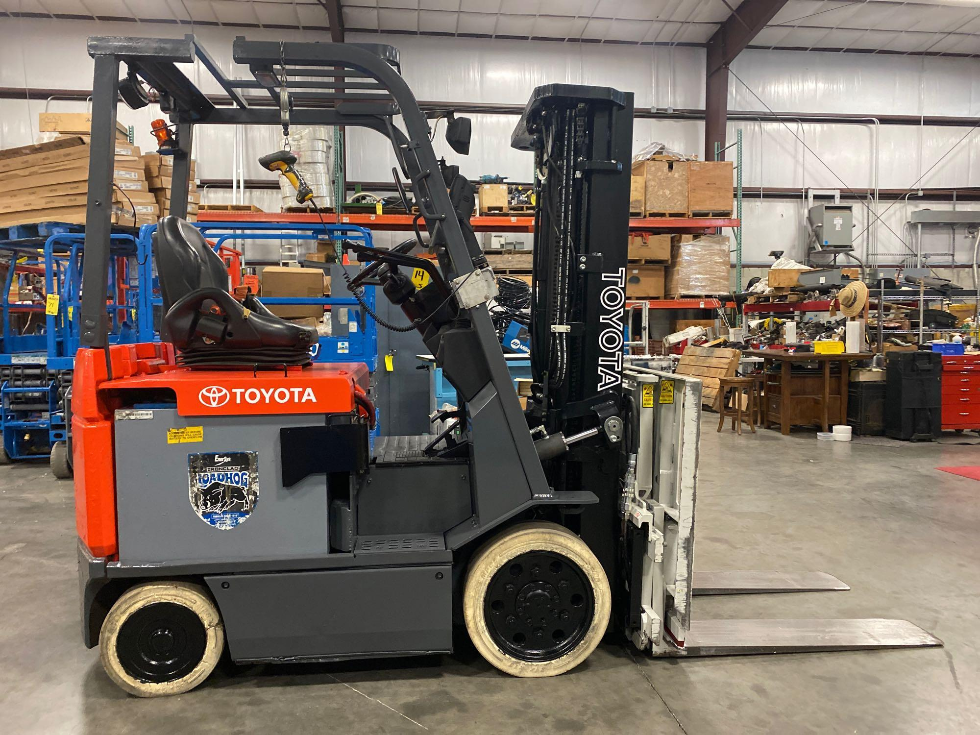 """TOYOTA ELECTRIC FORKLIFT MODEL 7FBCU25, 189"""" HEIGHT CAPACITY, TILT, SIDESHIFT, 36V, RUNS AND OPERATE - Image 2 of 11"""