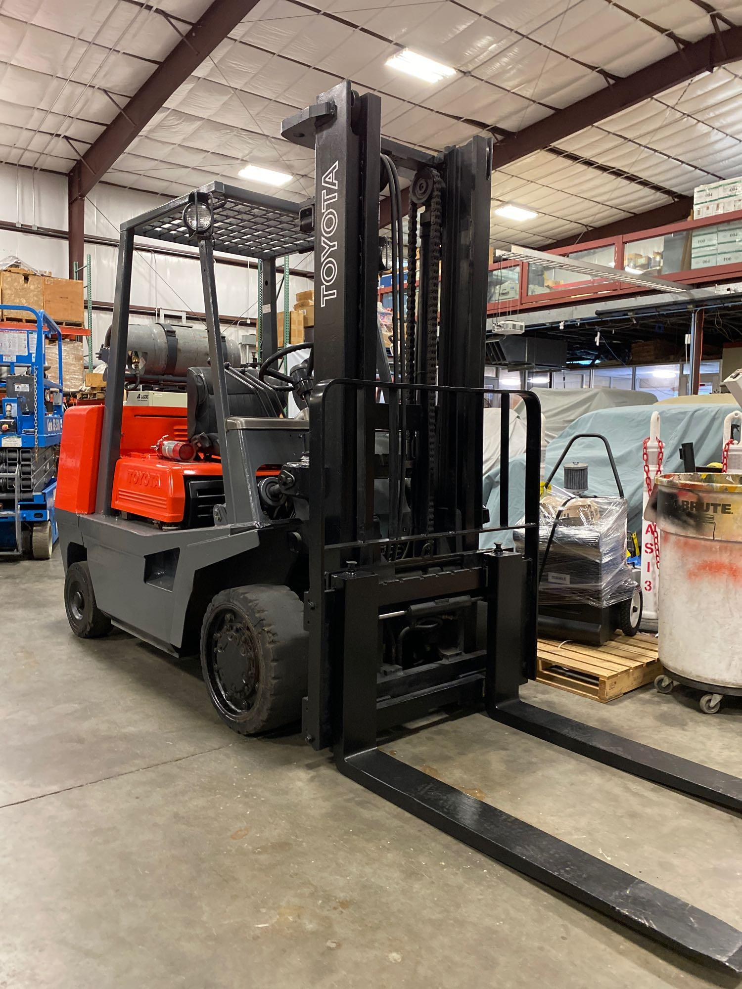 "TOYOTA FGC35 LP FORKLIFT, 8,000 LB CAPACITY, 132"" HEIGHT CAPACITY, TILT, RUNS AND OPERATES - Image 2 of 8"